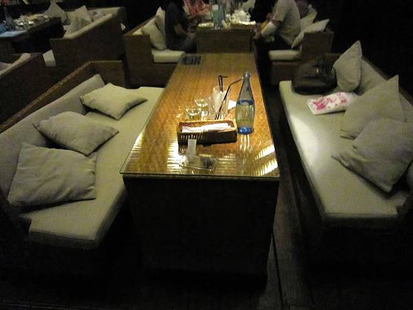 2人坐提供6人沙發 躺下來都沒問題 而且沒有時間限制 超舒服