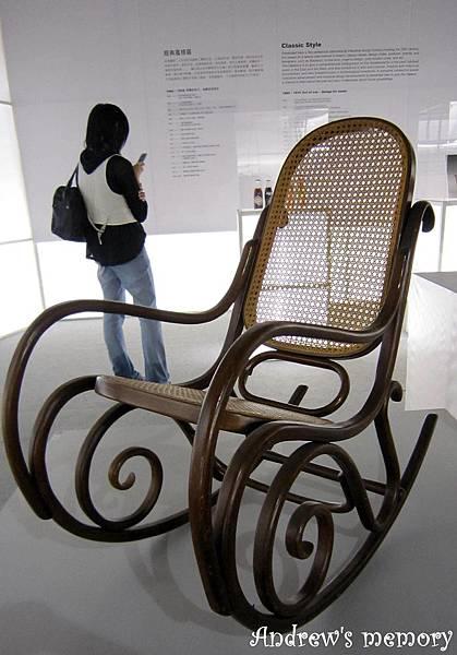 沒想到這個阿公搖搖椅 是德國設計的