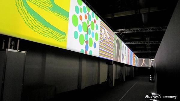 國際平面設計展 展場 牆上的海報以跑馬燈方式環繞全場