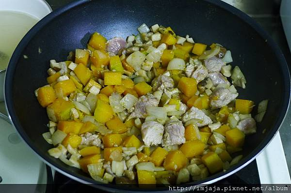 南瓜燉飯-炒肉肉