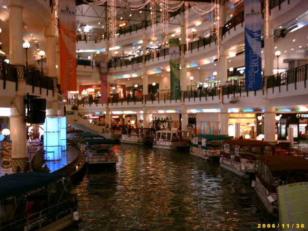 宛如水鄉的購物中心