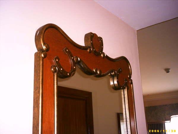 鏡子外框飾有馬蹄鐵