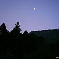 明月高懸夜藍天邊