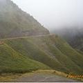 被雲霧風雨包圍的山路