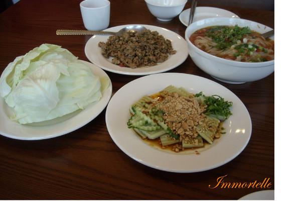 左上是剛炒出來的錦灑(小, 200),用左下的高麗菜葉包著吃