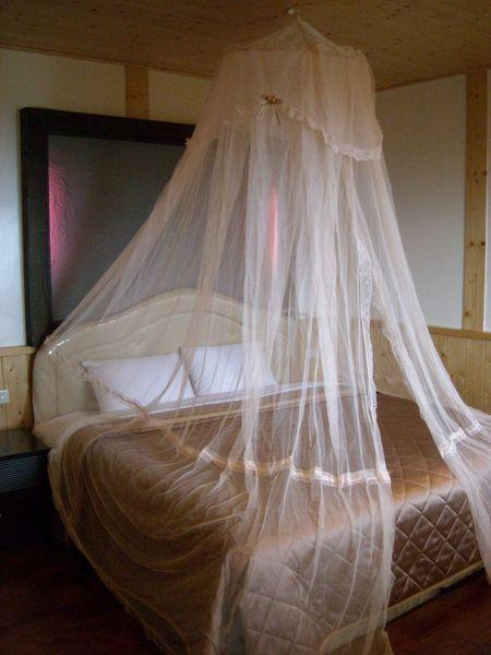 房內床上有浪漫的紗帳