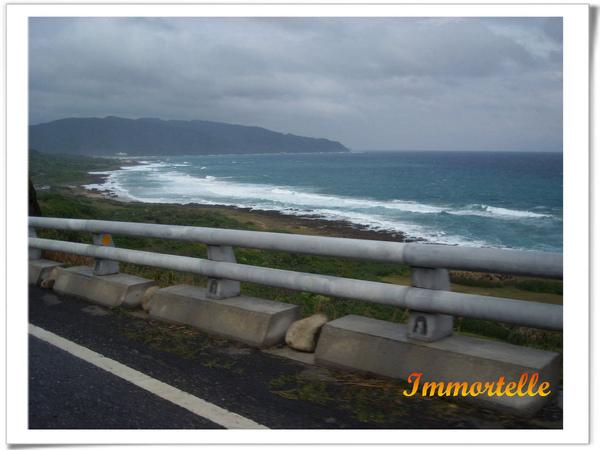 往東海岸前進,太平洋看來好深邃,浪花洶湧特別美