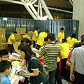 發送餐盒與紀念品的志工