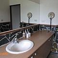 知本秘境-湯屋內寬大的洗手台