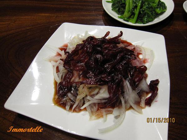 秘境晚餐-開胃菜:涼拌洋蔥與洛神花