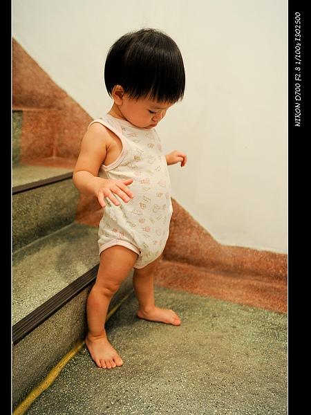 小寶爬樓梯