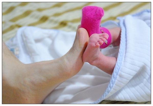 小寶跟爸爸的腳