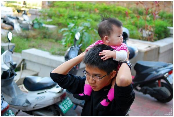 騎在爸爸肩膀上