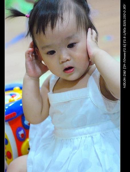 小寶穿白色裙子像公主