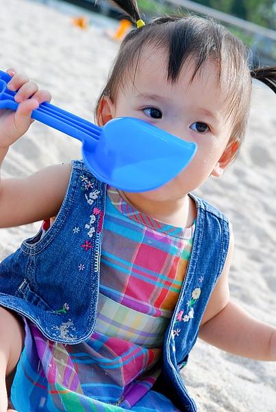 小寶在鹽神公園玩沙