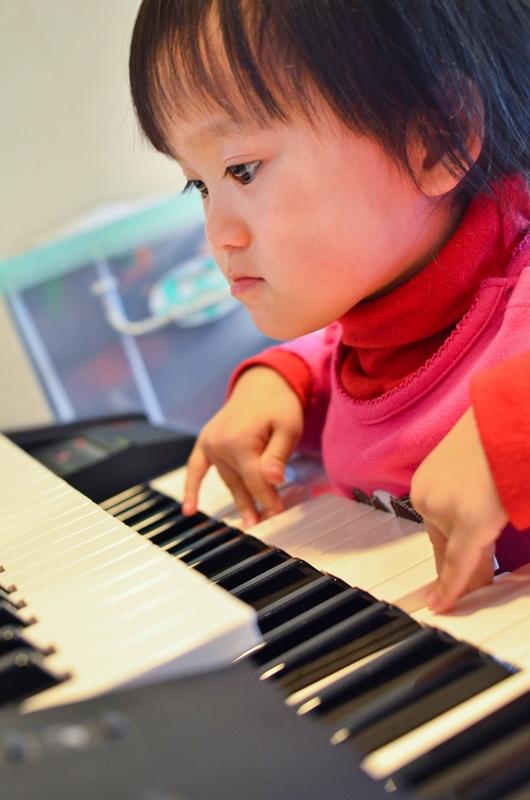 小寶彈鋼琴