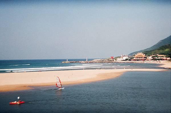 有人玩帆船耶,有一間在沙灘上的宮廟?