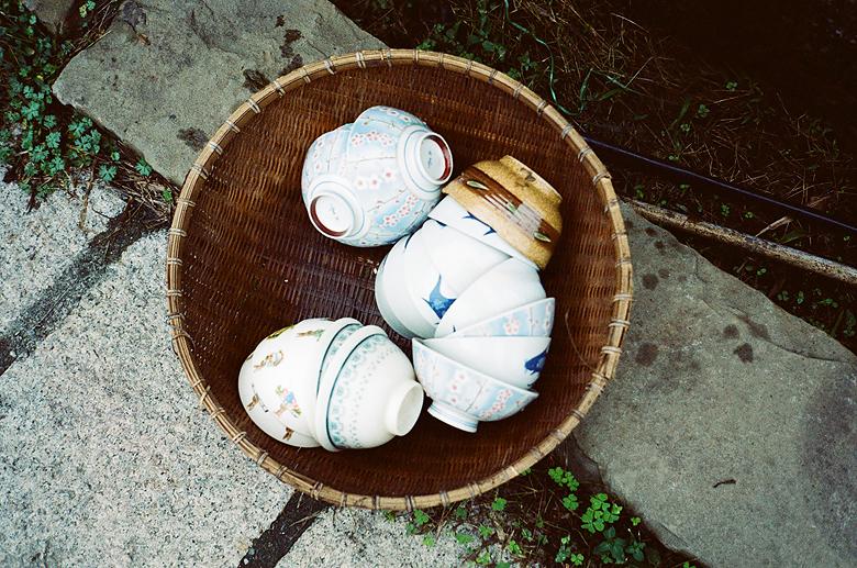 好古老的日式瓷碗又竹篩裝