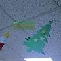 64.除了聖誕樹佈置,連天花板都有可愛的紙製聖誕樹啊!這棵樹星星好多~