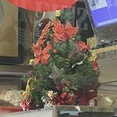 93.開啟聖誕樹雷達,在冰櫃上的小小聖誕樹,也逃不過我的眼啊!這是日月香麵包店