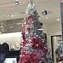98.很少來這一帶。這一家服飾店這棵聖誕樹,頂尖有羽毛啊!