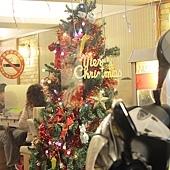 91.火鍋店內的聖誕樹,是說火鍋店內很少有人放這麼大的聖誕樹啊