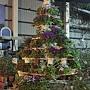87.由盆栽建構而城聖誕樹的樣子,也別有風味。