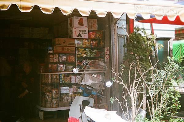 以前我們小時厚的柑仔店也有類似的玻璃櫃