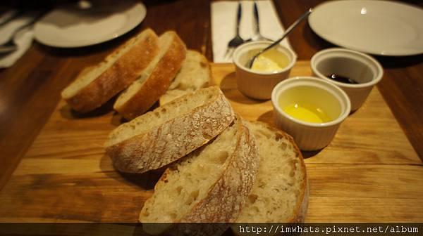 黑米手工拖鞋麵包與莊園級橄欖油.JPG