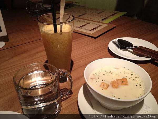 吃吧巧達湯與柳橙蘋果汁