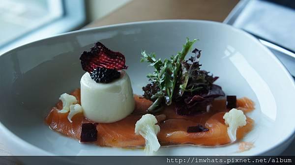日月千禧白花椰菜奶酪佐魚子醬與自製風味鮮鮭.JPG
