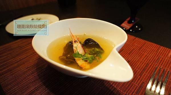 la festa甜蝦鮮魚湯佐手工義大利墨魚餃.JPG