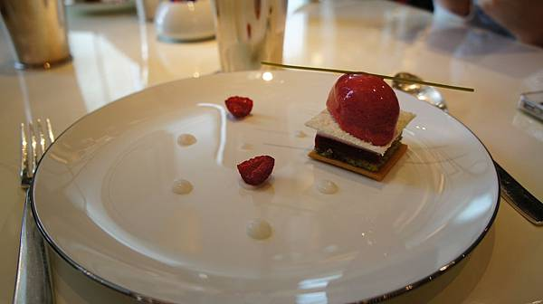 N DEUX TROIS椰香蛋糕佐覆盆莓冰沙.JPG