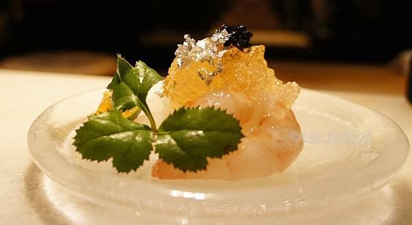 允壽司北海道特大牡丹蝦與軟絲魚子醬柴魚高湯凍.JPG