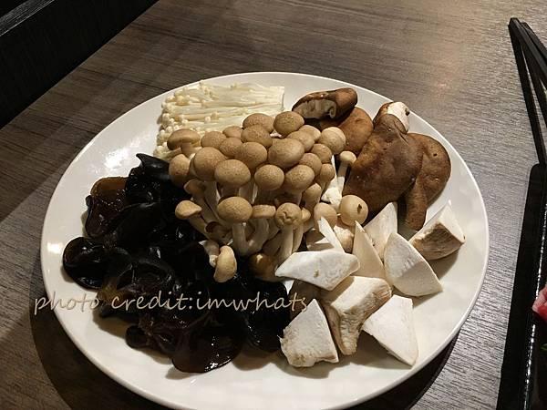 粵式豬肚煲鍋菇類拼盤.JPG