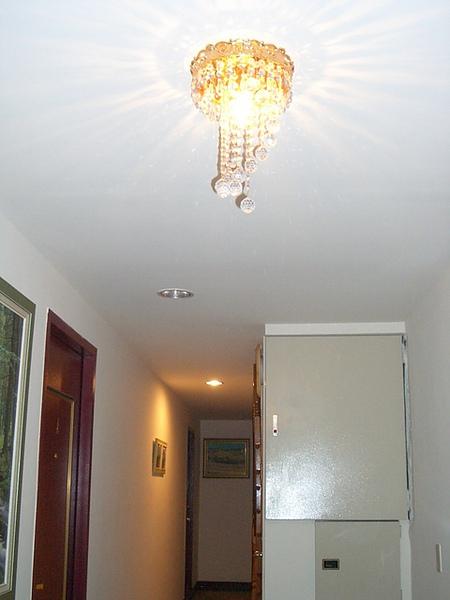 玄關的誇張小小水晶燈