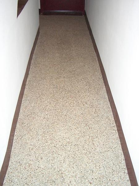 這是鋪了做作碎石子的走廊