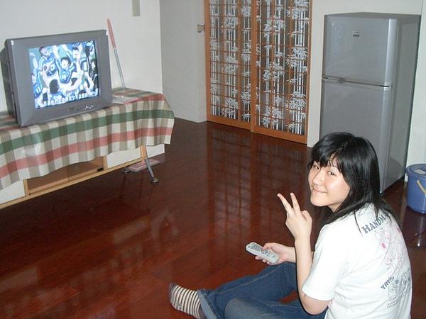 要同居三年的室友在看電視