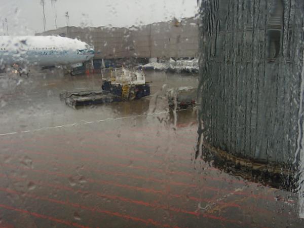 出發時桃園機場正下著雨