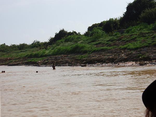 水裡有小孩在游泳