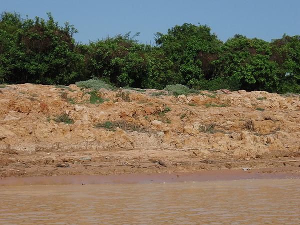 岸邊的黃土都被沖刷進湖水裡