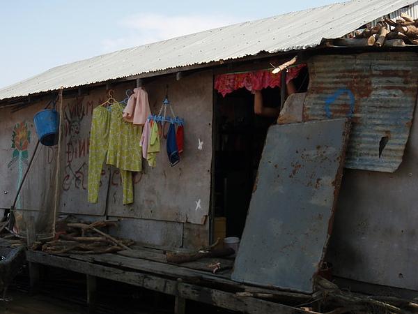 別看它這樣,有鐵皮屋頂的算是過的不錯囉