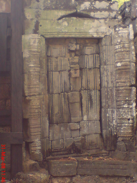 石塊已經錯位的假門