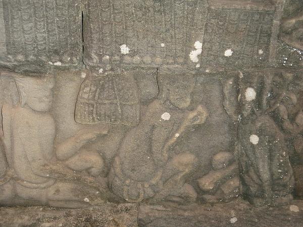 壁畫上雕刻當時人民的生活