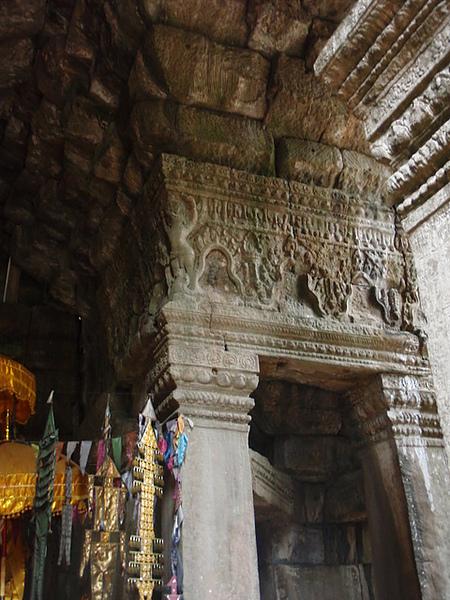 柱上的佛像被刻意抹去