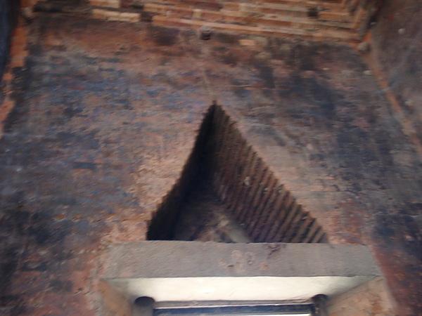 牆上三角形的洞是為了減輕重量才有的設計
