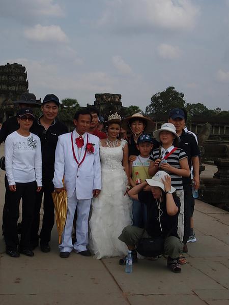 跟遊客合照的新郎新娘