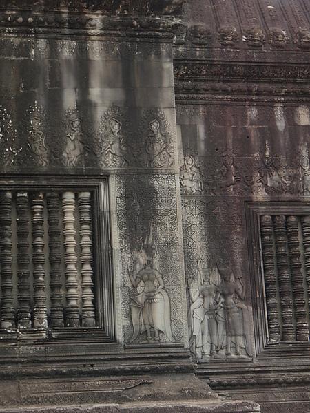 牆上有著細細的淺浮雕