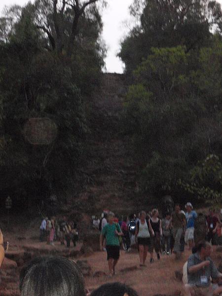 後面的土坡太陡了不可以冒險爬喔
