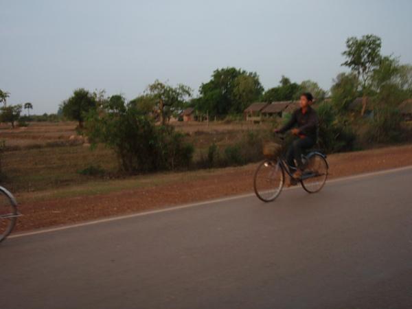 早上騎腳踏車出門的人